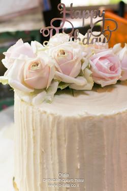 עוגת יום הולדת עם ורדים טריים