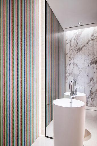 Desain interior marmer mewah untuk Powder Room dari Fagetti.