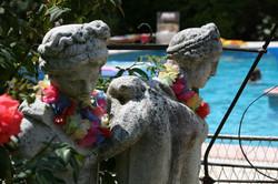 dames bij het zwembad