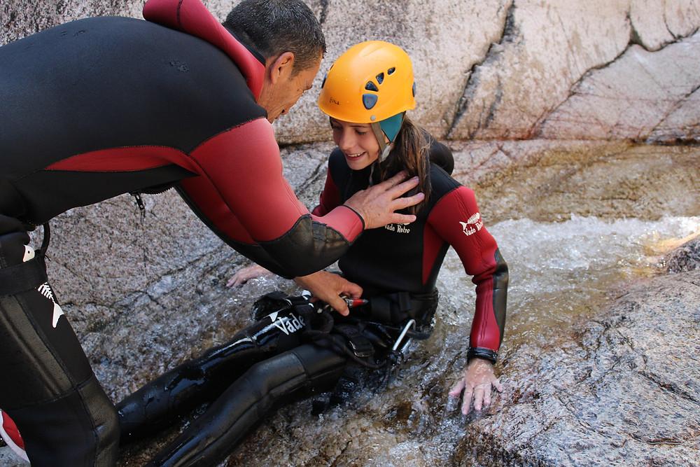 Une jeune fille est rassurée par les explications du guide canyon Patrick GRAZIANI dans le Canyon du Pulischellu.