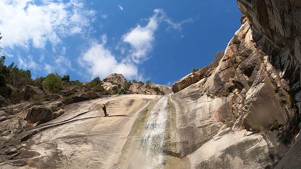 Une cascade du canyon du Purcaraccia vu d'en bas.