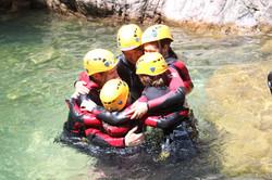 Calin familial en canyon par Natura Canyon spécialiste canyoning à Bavella en Corse