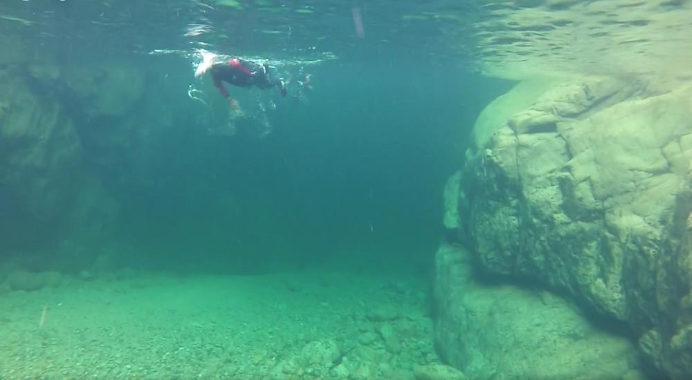 Sous l'eau des vasques limpides du Canyon de la Vacca avec Natura Canyon.