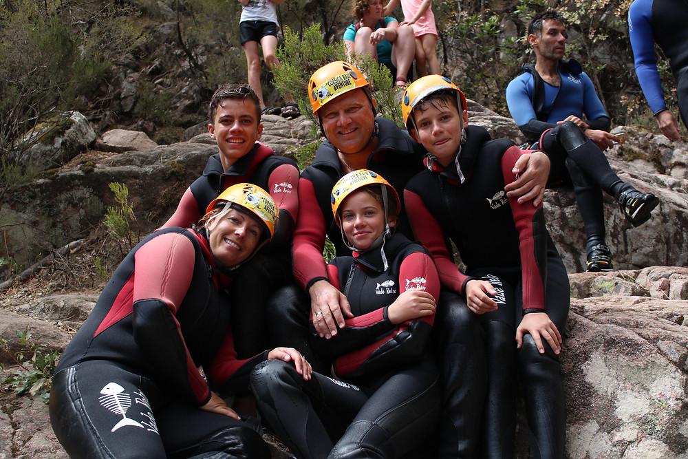Une famille souriante dans le canyon du Pulischellu avec Natura Canyon à Bavella par Graziani Patrick