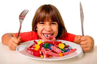 crianca-comendo-doces-accca7ucar.jpg