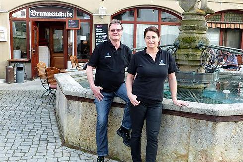 Ralf-und-Monika-Gregorius-am-Brunnen-dem
