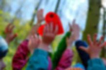 Glückliche Kindergartenkinder im Wald