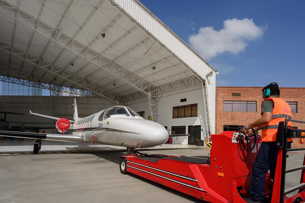 Hangar de mantenimiento remolcando Cessna Citation