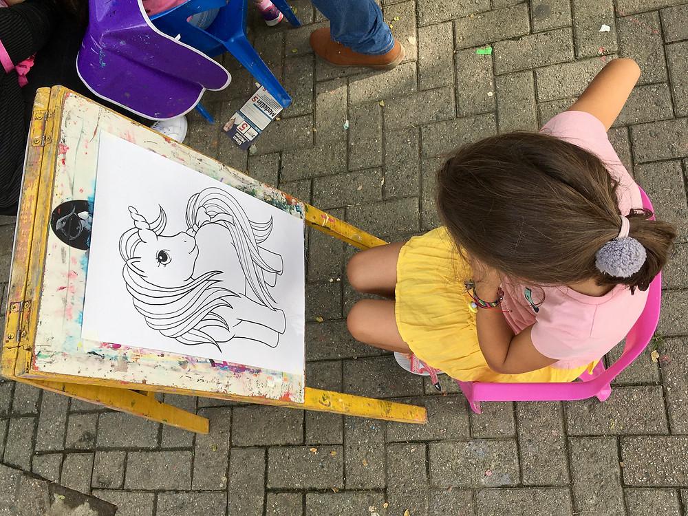 Marilou s'apprête à peindre