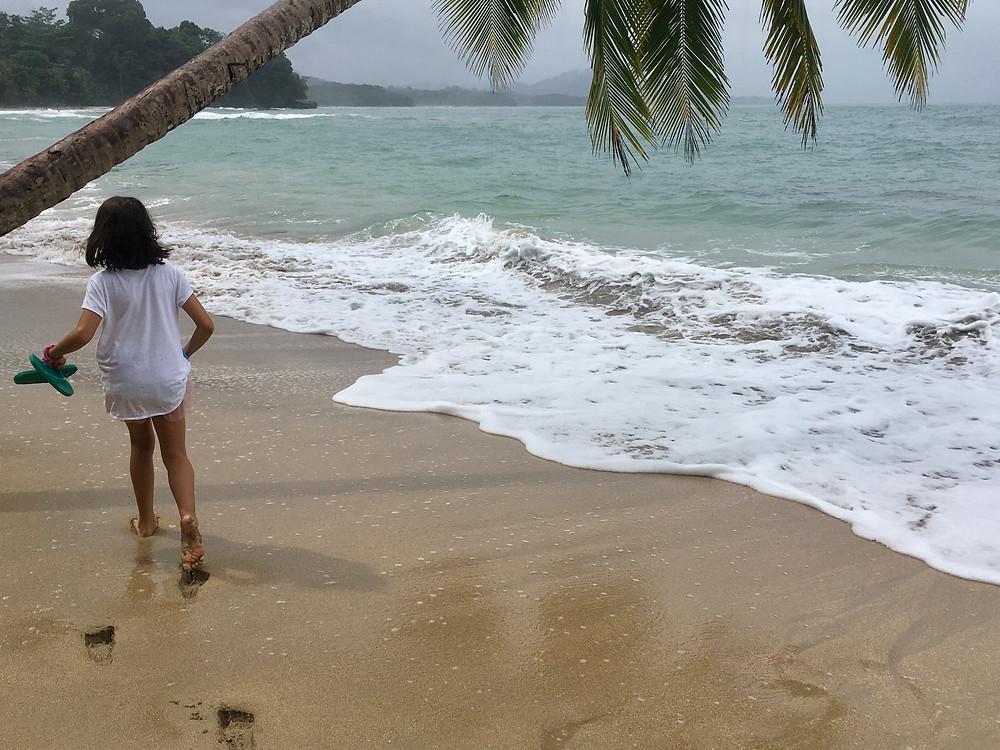 Marilou adore marcher le long des plages...