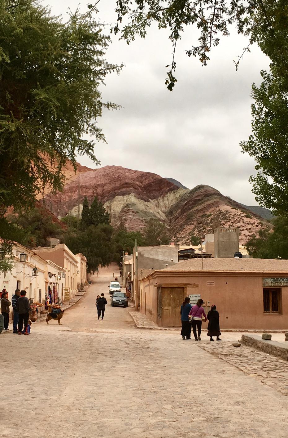 Les rues de Purmamarca surplombées de montagnes colorées
