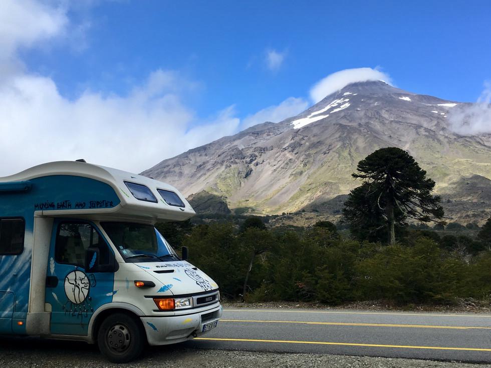 Pakito entre au Chili, à ses côtés le volcan Lanin