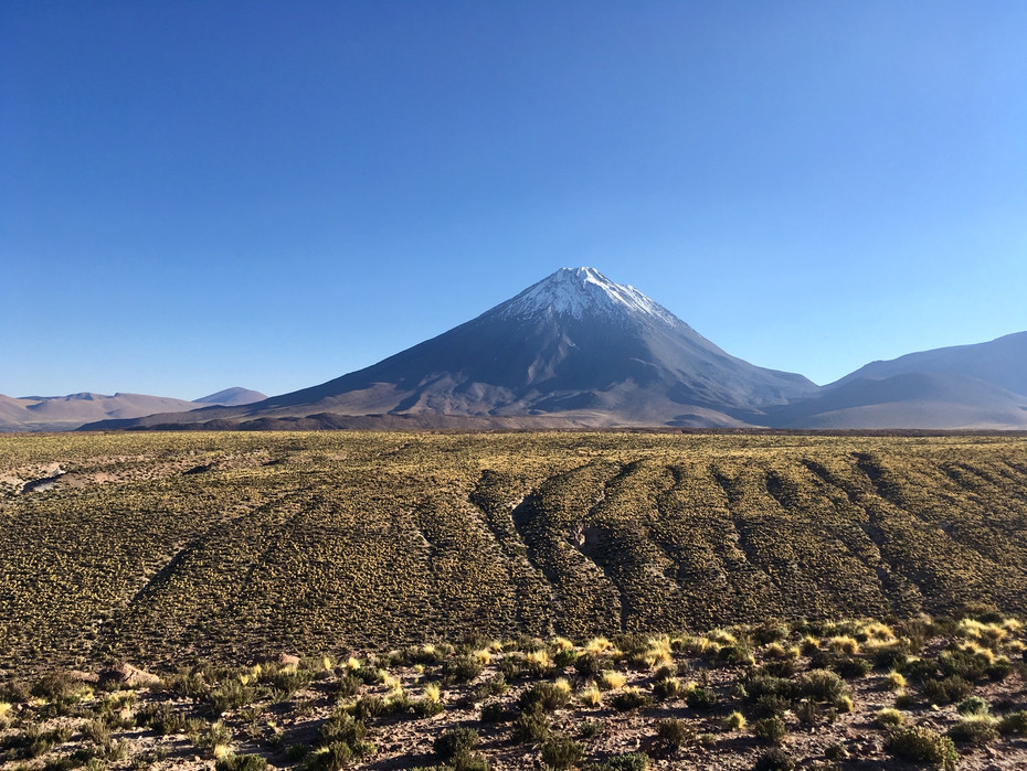 Volcan Licancabur, derrière se trouve la Bolivie!