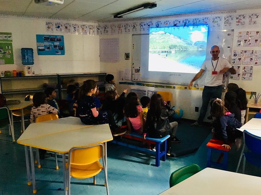 Andres faisant l'exposé de notre voyage à l'école française de La Paz