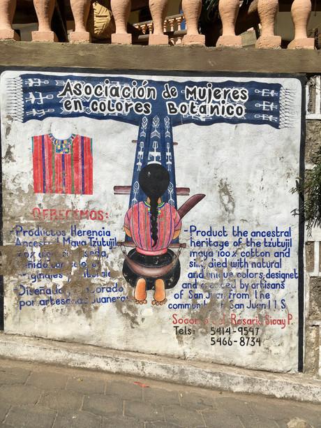 Peintures murales à San Juan. Il y a une grande communauté de tisserantes.
