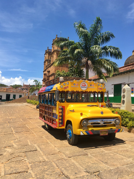 """Sur la place centrale de Barichara, une """"chiva"""" : le bus local"""