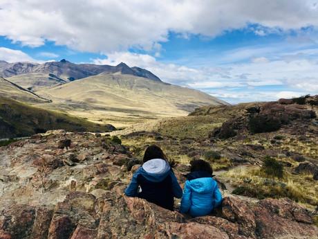 Les enfants admirent le paysage et surtout, n'osent pas se mettre debout à cause du vent!