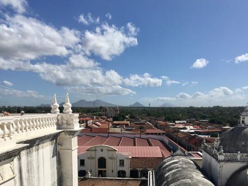 Vue sur les volcans depuis la cathédrale de Leon