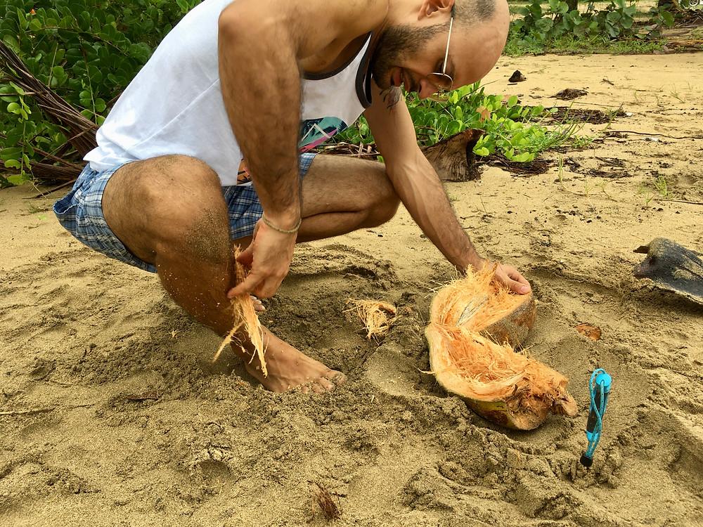 Andres casse les cocos sur le sable (et se fait piquer par les puces!)