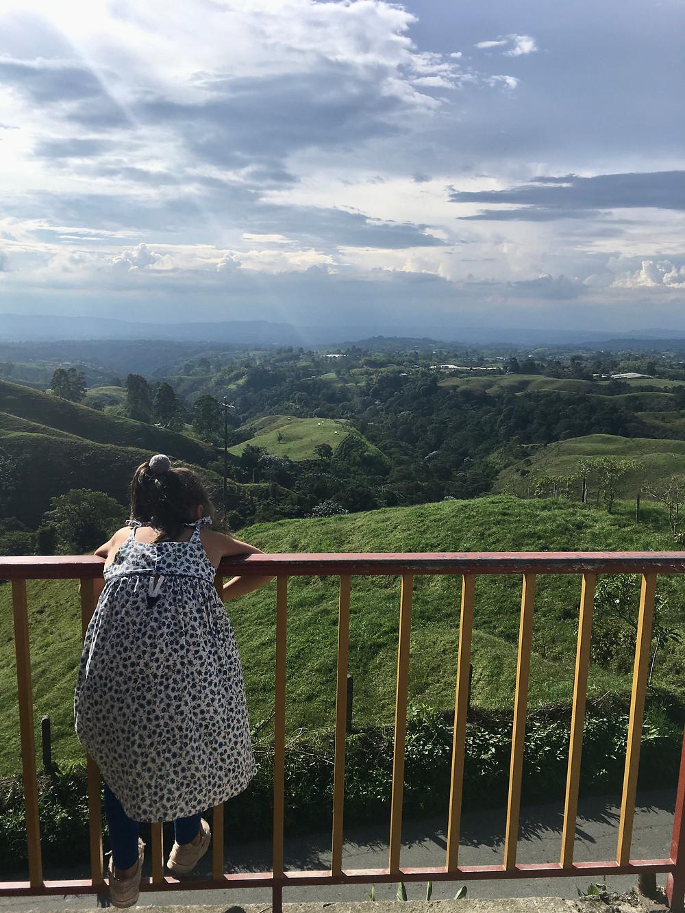 Marilou admire la vue depuis Salento