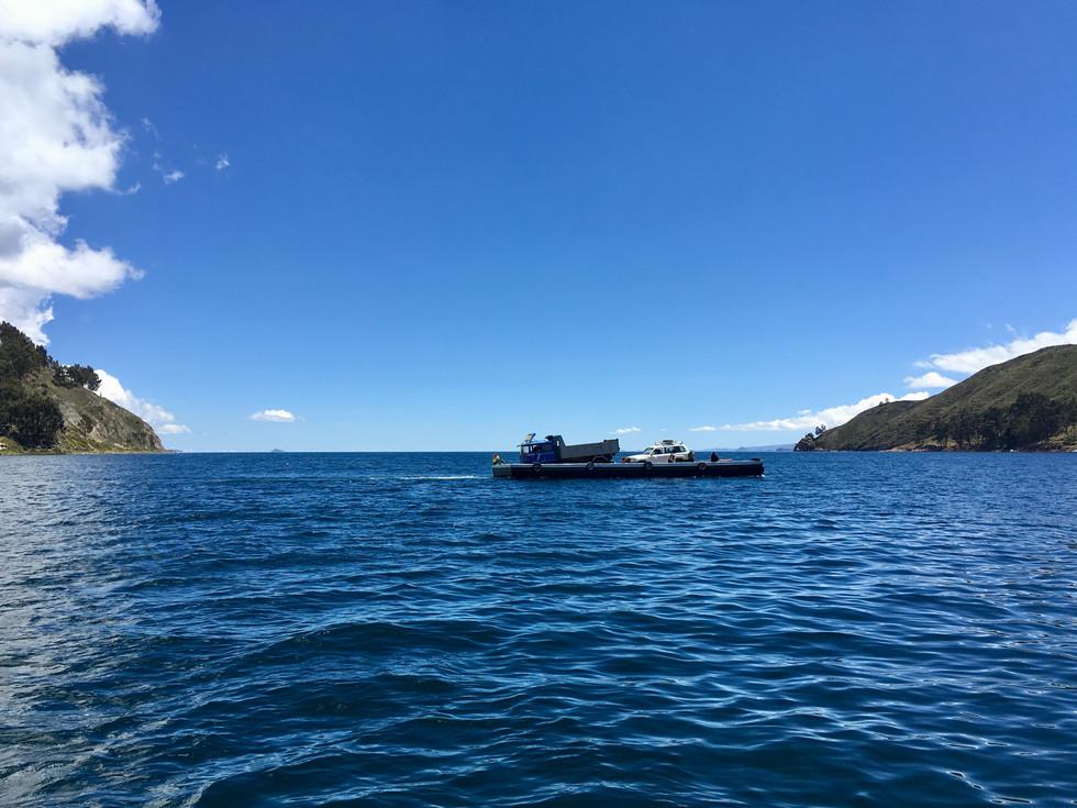 Sur la route du lac, les véhicules prennent le ferry local