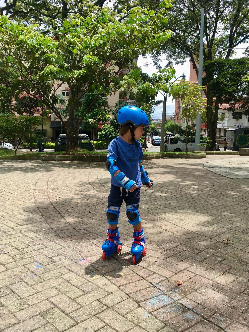 Emilio fait de beaux progrès en patins à roulettes