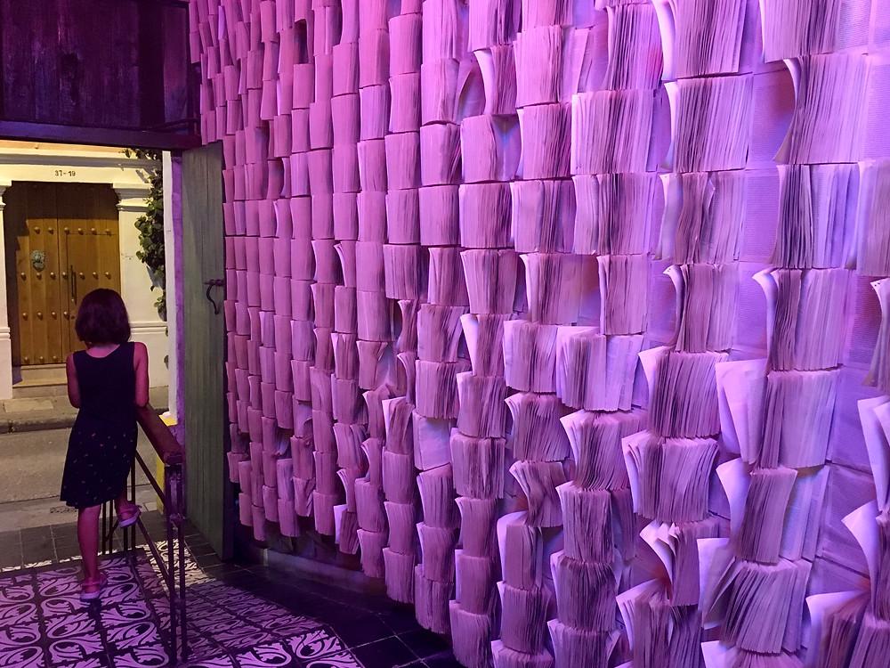 Marilou et le mur de livres de Garcia Marquez à Cartagena