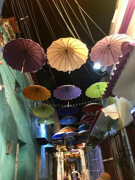 La rue des parapluie dans le quartier Getsemani à Cartagena