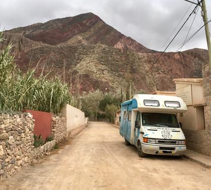 Pakito dans les rues de Purmamarca, au milieu des montagnes colorées