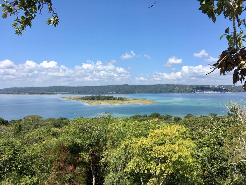 Vue sur l'Ile de los Monos depuis le mirador del Rey Canek