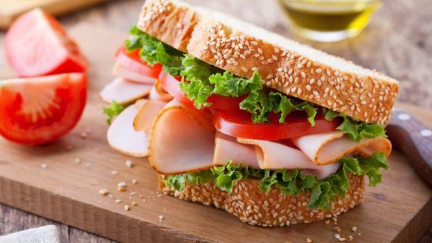 Las barras de pan y el fiambre de pechuga de pavo forman parte de la categoría de alimentos ultraprocesados. GETTY IMAGES