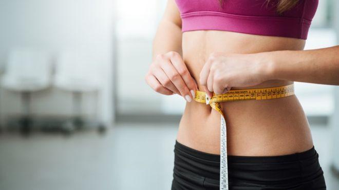 La explicación de por qué a unas personas les cuesta más bajar de peso que a otras podría estar en las bacterias que tienen en la flora intestinal. GETTY IMAGES Image caption