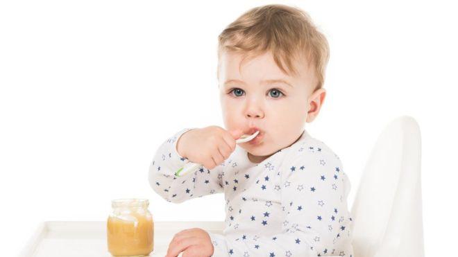 Algunos productos dirigidos a bebés tienen tanta azúcar como las golosinas y se les presenta como saludables. GETTY IMAGES