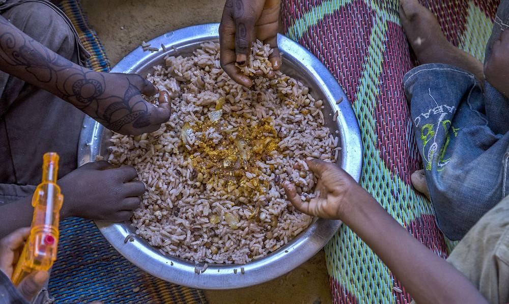 Una familia come en Gafati (Níger). ©FAO/ANDREW ESIEBO