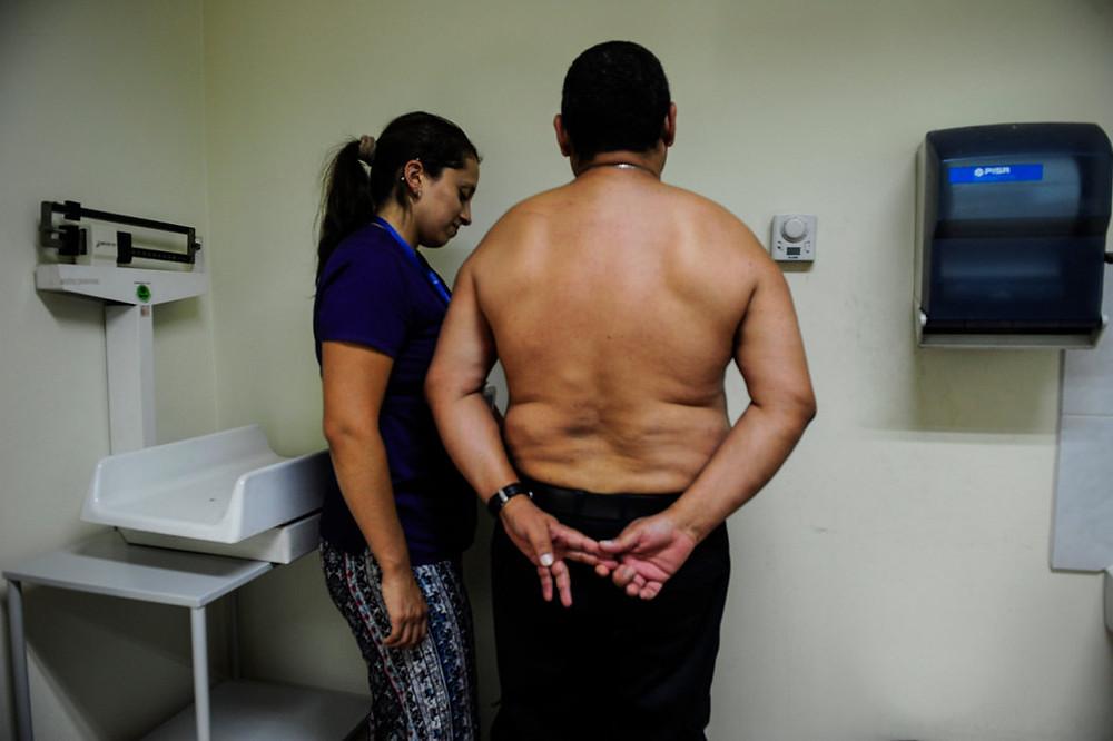 El chileno Pedro Cortés con Katherine Vásquez, una de las nutricionistas del programa Vida Sana Credit Víctor Ruiz Caballero para The New York Times