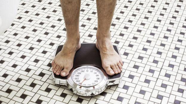 Investigadores están poniendo a prueba dietas personalizadas para hacer más eficiente el proceso de bajar de peso. GETTY IMAGES Image caption.