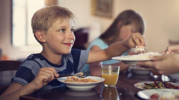 Varios estudios han evaluado el riesgo de consumir ciertos alimentos para la salud. GETTY IMAGES