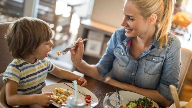 Con los niños es importante seguir una estrategia que favorezca la degustación y el aprendizaje. GETTY IMAGES Image caption