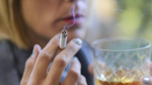 Aunque los beneficios parecen ser mejores con fumadores y bebedores, eso no contrarresta el daño causado por el consumo de cigarrillos y alcohol. GETTY IMAGES