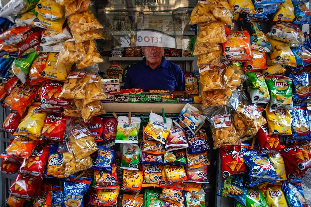 Una tienda en Santiago vende productos con los sellos negros que advierten de altos contenidos calóricos, de sal, de azúcar o de grasas. crédito Víctor Ruiz Caballero for The New York Times