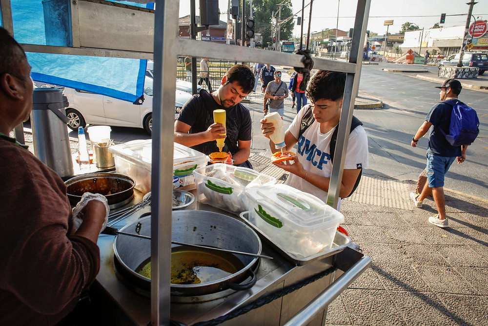 Un puesto de comida callejera en Santiago Credit Víctor Ruiz Caballero para The New York Times