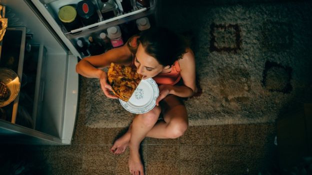GETTY IMAGES Image caption Mantener el frigorífico bajo llave por la noche puede ser una buena idea si quieres perder peso.