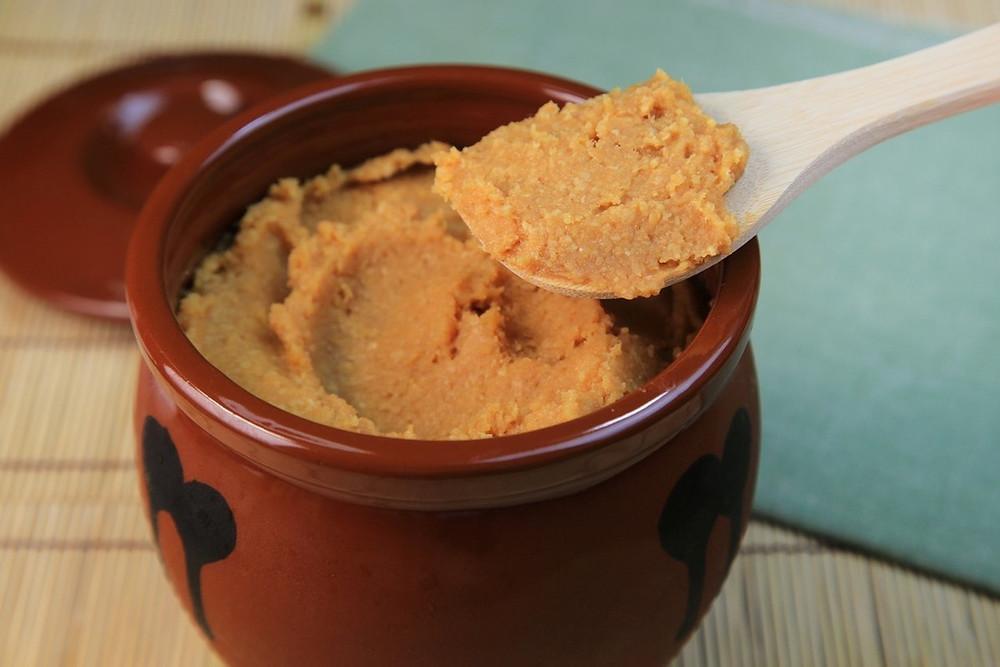 El miso, tradicional de la cocina japonesa, es un condimento en forma de pasta elaborada a partir de los granos fermentados de soja, cebada o arroz y sal.
