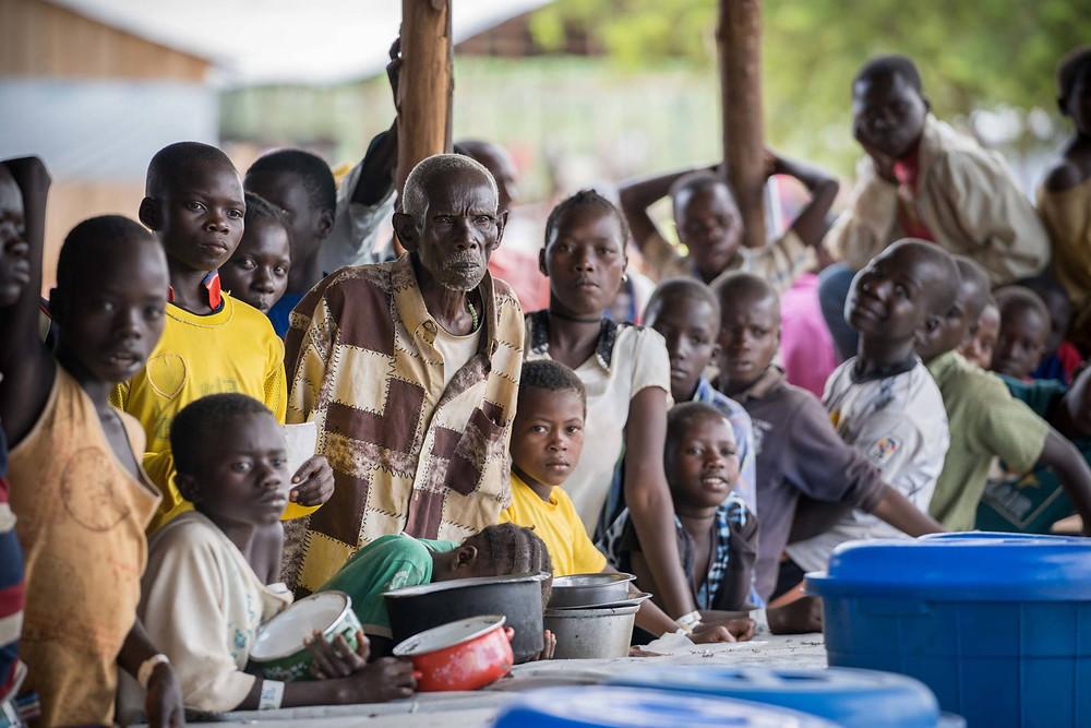 Refugiados congoleños esperan el reparto de comida en el campo de refugiados de Kyangwali, Uganda. GETTY IMAGES