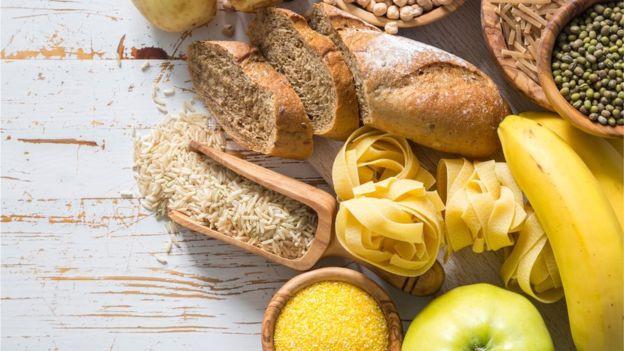 GETTY IMAGES Image caption Las frutas, los vegetales, el pan integral, la pasta y las lentejas contienen fibra.