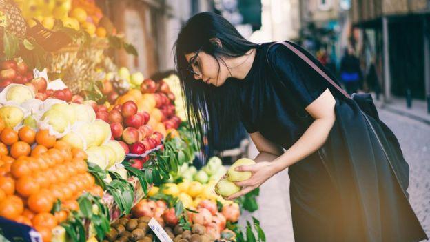 Algunos expertos creen que cuando incorporamos más alimentos ultraprocesados a nuestra dieta, quitamos otros más saludables. GETTY IMAGES Image caption.