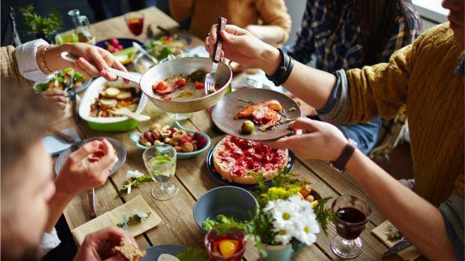 Unas de las causas de comer en exceso es que estamos rodeados de señales de comida, señalan algunos estudios recientes. GETTY IMAGES Image caption