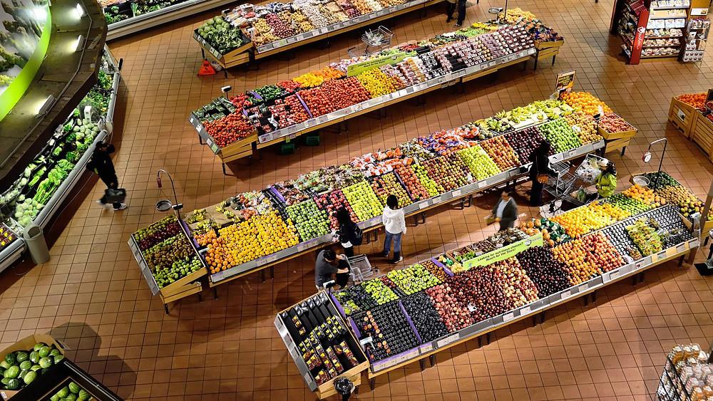 En el último medio siglo hemos pasado de platos ricos en fibra y principalmente integrados por vegetales y frutas a una alimentación muy calórica. PIXABAY