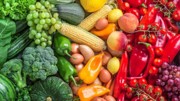 Muchas frutas y verduras son ricas en flavonoides. GETTY IMAGES Image caption