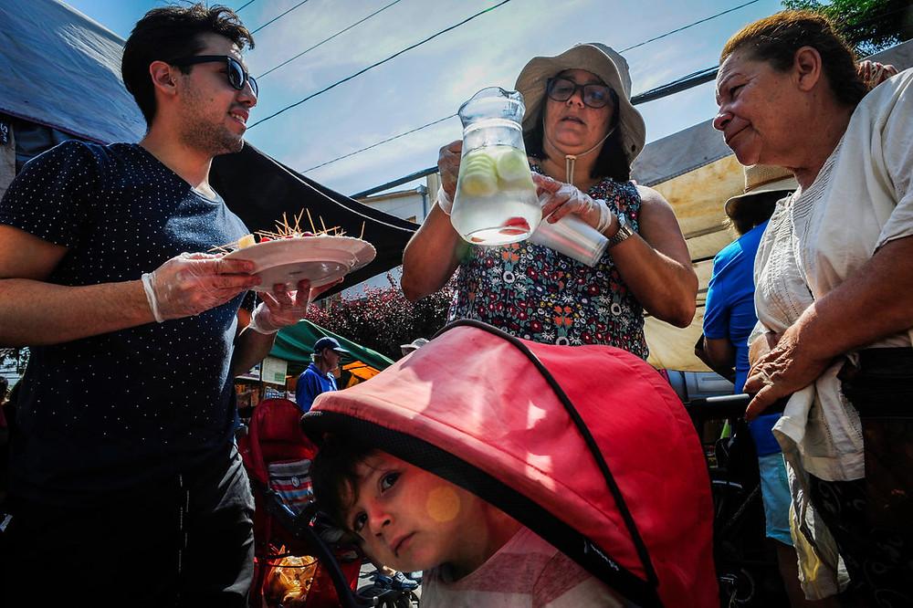 Monitores del programa sin fines de lucro Educación Popular en Salud dan información sobre alimentos en el vecindario de El Bosque, en Santiago. Credit Víctor Ruiz Caballero para The New York Times